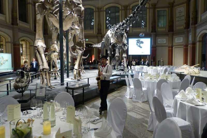 saxophonist berlin spielt zum dinner im naturkundemuseum